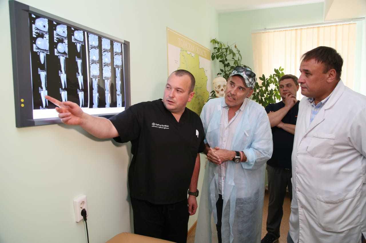 Солист группы Bad Boys Blue Джон МакИнерни поблагодарил томских врачей